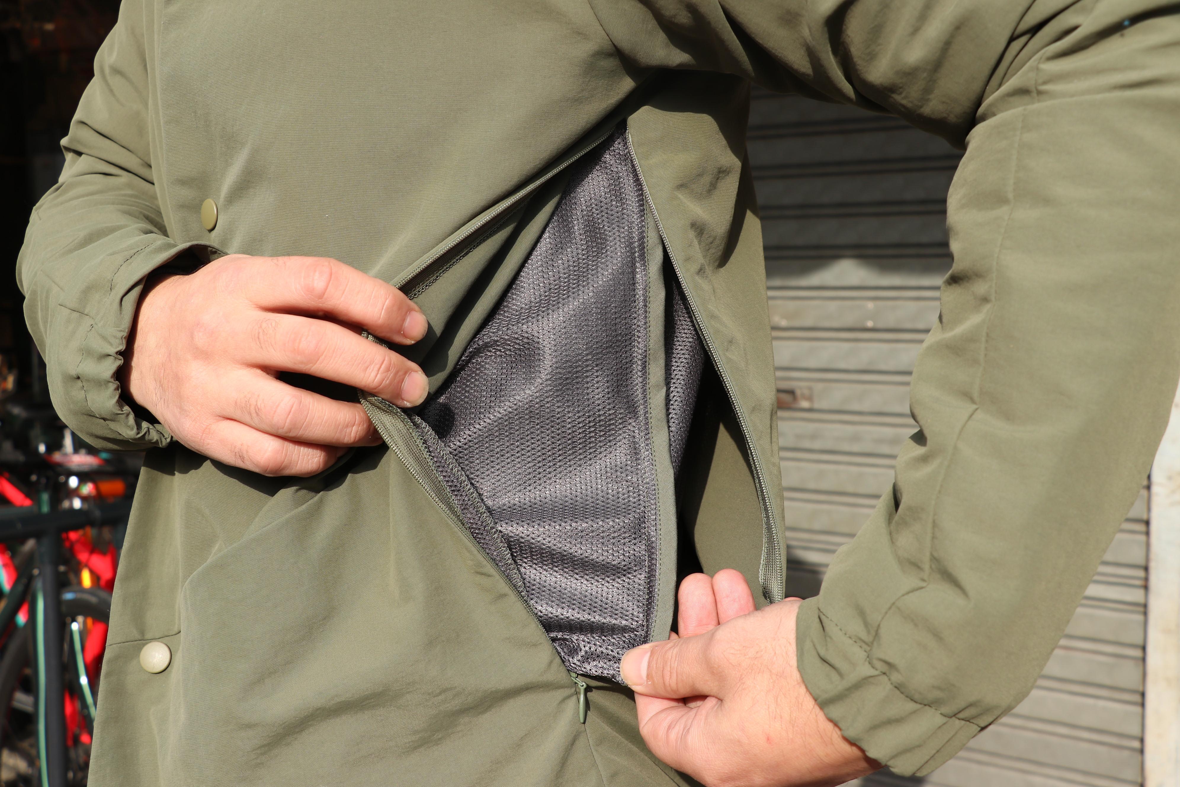 38231790baaf 本ジャケット。インナー部は総メッシュとなっており、また両脇のファスナーはウェア内部にたまった熱/蒸れを放出する通気機能「ベンチレーション」の役割も担っており  ...
